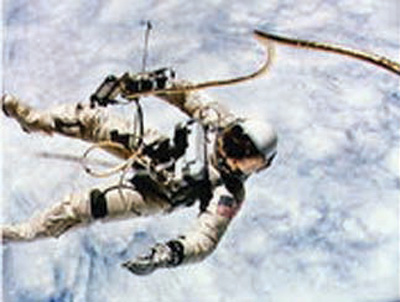 White, Ed using the Manned Maneuvering Unit in 1965.jpg