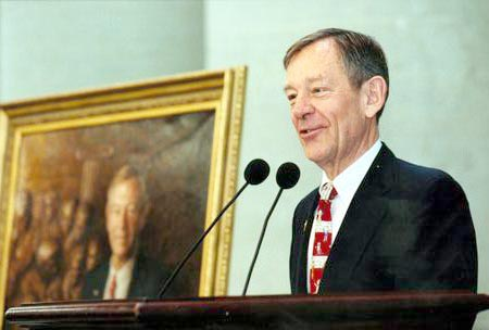 Voinovich , George at Portrait Unveiling.jpg