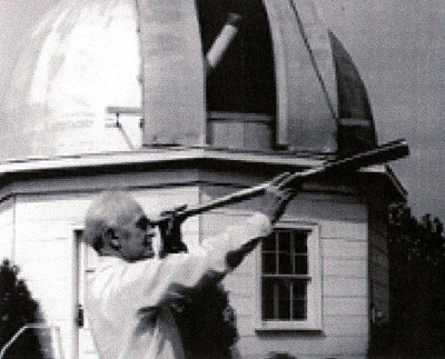 File:Peltier, Leslie with Spyglass.jpg