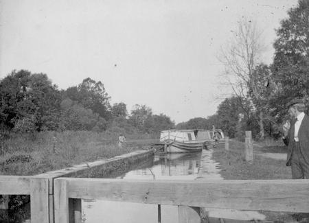 File:Canal Boat Entering Lock.jpg